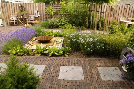 Tuin met hardhouten vlonder gebakken bestrating for Bestrating kleine tuin