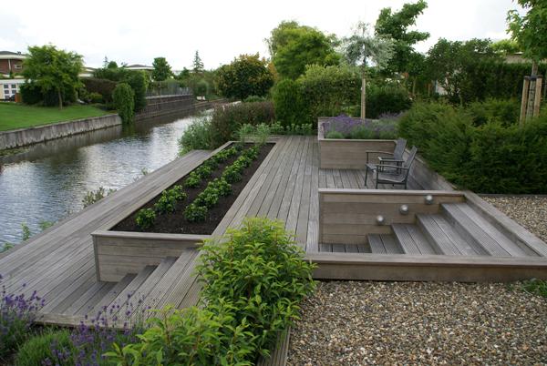 Tuin met grote vlonders en keerwanden aan het water cronenborg - Foto van het terras ...