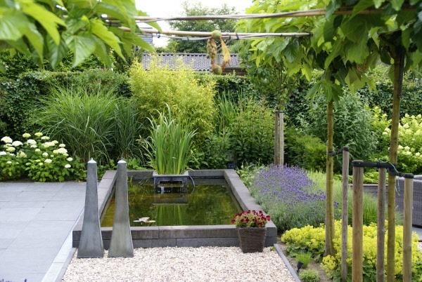 Tuin met vijver zitkuil en groot terras kindvriendelijk