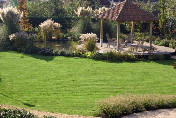 Landelijke tuin met ronde vijver en zwembad marse for Tuin en vijver