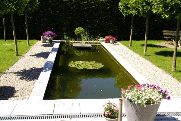 Strak lijnenspel groot terras vijver veranda en zwembad - Terras met zwembad ...