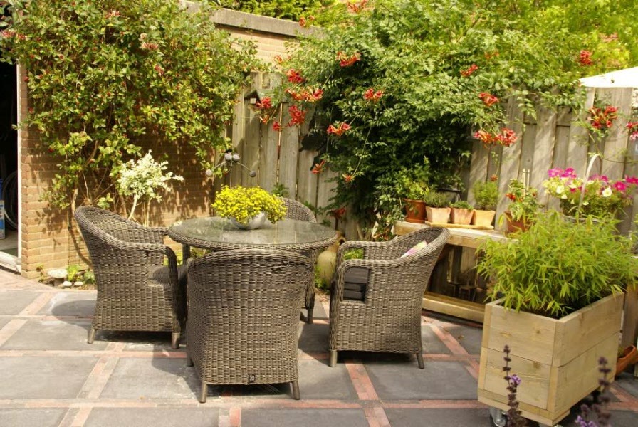 Tuin met bestrating en klikokast van hout for Bestrating kleine tuin