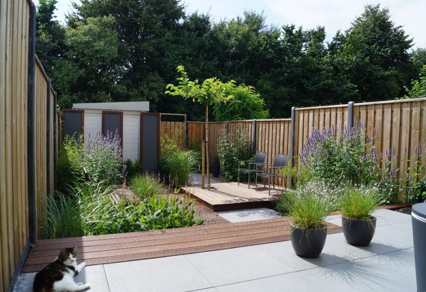 Strakke tuin met tuinhuis hardhouten vlonders drevel for Kleine voortuin ideeen foto s
